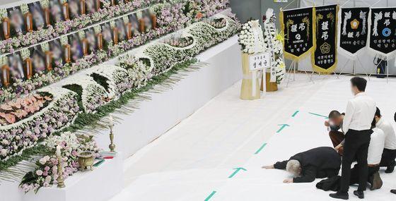 지난 5월 3일 오후 경기도 이천시 서희청소년문화센터에 마련된 이천 물류창고 공사장 화재 합동분향소에서 한 유가족이 오열하고 있다. 연합뉴스