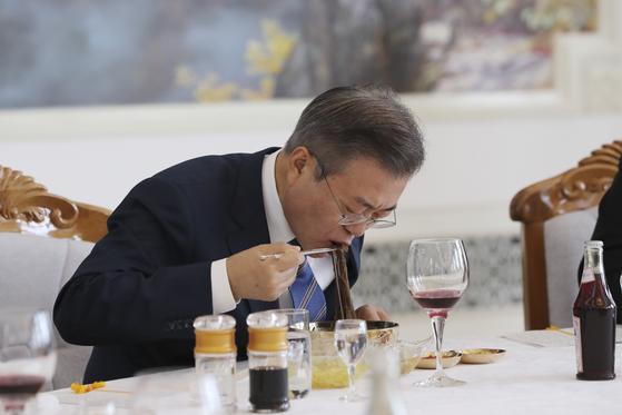 문재인 대통령이 2018년 9월 19일 평양 옥류관에서 열린 김정은 국무위원장과의 오찬에서 평양냉면으로 식사하고 있다. [평양사진공동취재단]