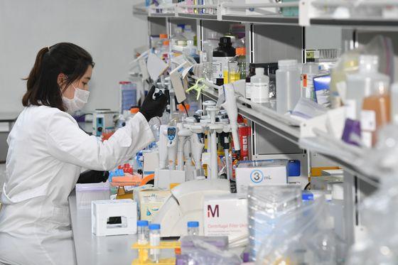 경기도 용인시 GC녹십자에서 직원들이 신종 코로나바이러스 감염증(코로나19) 혈장 치료제 개발을 위해 연구 활동을 하고 있다. 연합뉴스