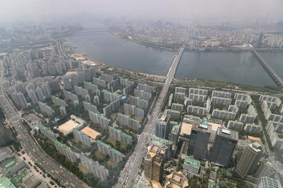 수도권 대부분 징젹을 규제 지역으로 묶는 부동산대책이 내일 발표된다.  [연합뉴스]