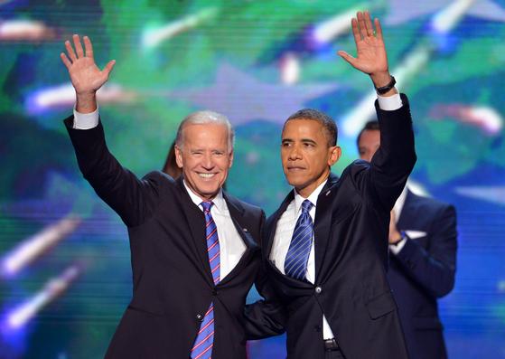 버락 오바마 전 대통령(오른쪽)이 2012년 9월 민주당 전당대회 당시 조 바이든 전 부통령과 함께한 모습. 이번 대선에서 오바마는 바이든을 공개 지지했다. [연합뉴스]