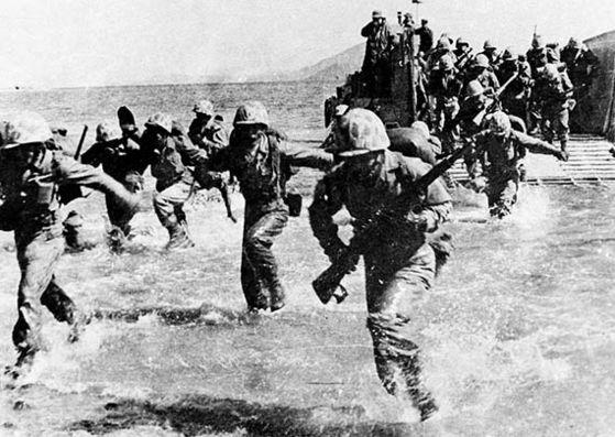1950년 9월 15일 미군과 한국군을 주축으로 한 유엔군이 인천에 상륙하고 있다. 더글러스 맥아더 장군이 주도한 인천상륙작전 2주 만에 서울 수복에 성공했다. 한국전쟁 이후 한·미 동맹은 북한의 전쟁 도발을 억제하는 확실한 억제책 역할을 했다. [중앙포토]