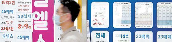 서울 송파구 한 부동산에 매물 안내문이 보인다. 한국감정원은 지난 11일 6월 둘째 주 서울 아파트값이 전주 대비 0.02% 올랐다고 밝혔다. [뉴시스]