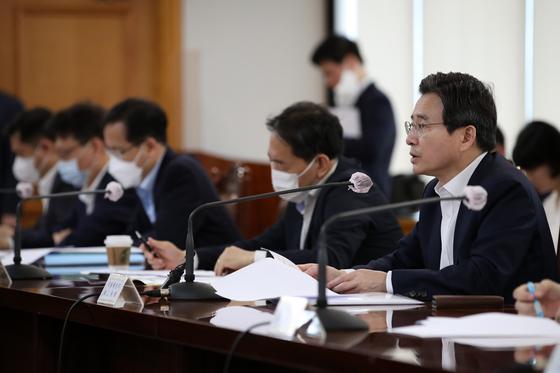 김용범 기획재정부 제1차관(오른쪽)이 16일 오전 서울 중구 은행회관에서 열린 거시경제 금융회의에서 모두 발언을 하고 있다. 뉴스1