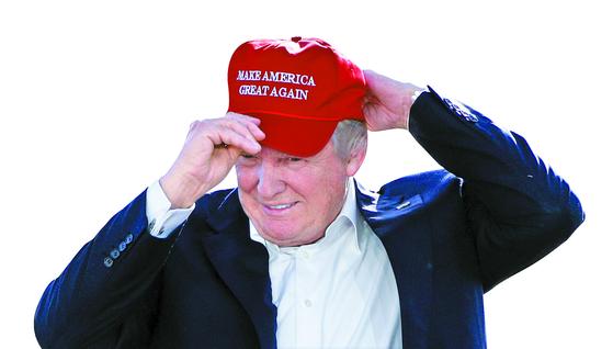 """2016년 6월 1일 당시 공화당 대선후보였던 도널드 트럼프가 """"미국을 다시 위대하게(MAKE AMERICA GREAT AGAIN)""""이라고 적힌 모자를 쓰고 있다. [AP=연합뉴스]"""