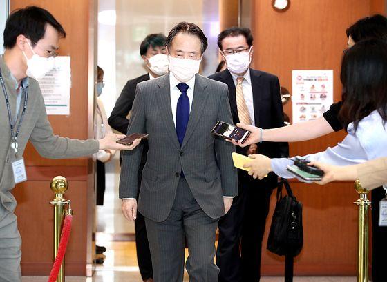 도미타 고지(富田浩司) 주한 일본 대사가 15일 오후 서울 종로구 외교부 청사로 초치된 뒤 외교부 청사를 나서고 있다. [연합뉴스]