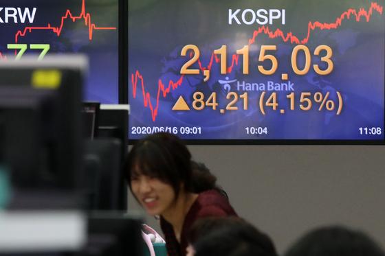 16일 오전 한국거래소는 유가증권시장과 코스닥 시장에 매수 사이드카를 발동했다. 뉴스1