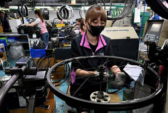 지난달 21일 대만 타이청에 있는 자이언트 공장에서 직원이 자전거 부품을 손보고 있다. [AFP=연합뉴스]