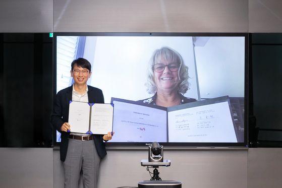 조돈현 마이써니(mySUNI) 사장과 로라 롱코어 MS 글로벌 러닝 총괄부사장이 16일 SK 구성원의 인공지능(AI) 및 디지털전환(DT) 분야 전문역량 양성을 목적으로 한 'SK-MS 교육협력에 관한 양해각서'를 체결했다. 사진 SK