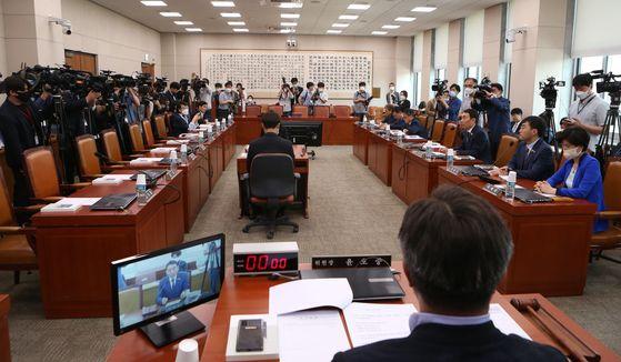 16일 윤호중 법사위원장이 주재하는 국회 법사위 첫 회의가 열렸다. 윤호중 위원장이 법사위원들의 발언을 듣고 있다. 오종택 기자