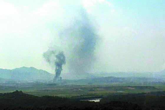 북한이 16일 오후 2시49분 남북 공동연락사무소 청사를 폭파한 것으로 알려진 가운데 개성공단에서 검은 연기가 피어 오르고 있다. [연합뉴스]