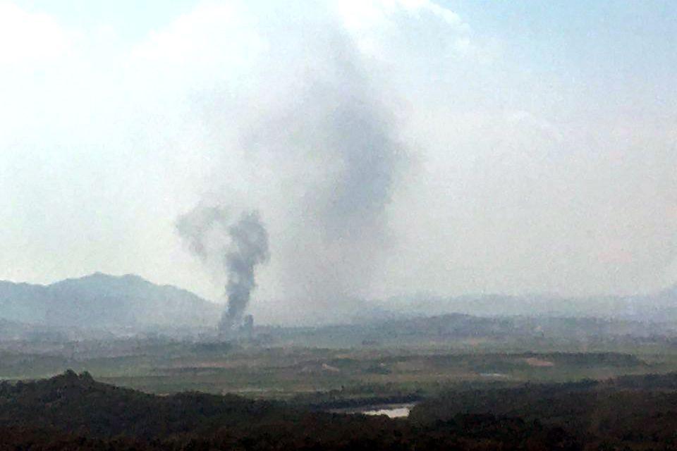 북한이 16일 오후 개성공단에서 검은 연기가 피어 오르고 있다. 독자제공=연합뉴스