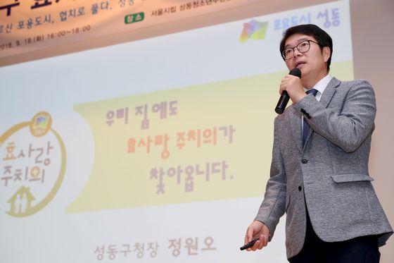 정원오 성동구청장이 '효사랑 건강주치의' 서비스 설명을 하고 있다. [사진 성동구]