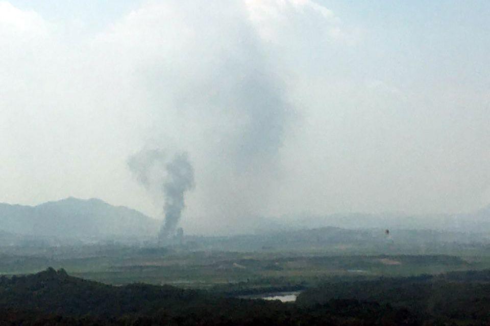 북한이 16일 오후 2시49분 개성 공동연락사무소 청사를 폭파한 것으로 알려진 가운데 개성공단에서 검은 연기가 피어 오르고 있다. 독자 제공=연합뉴스
