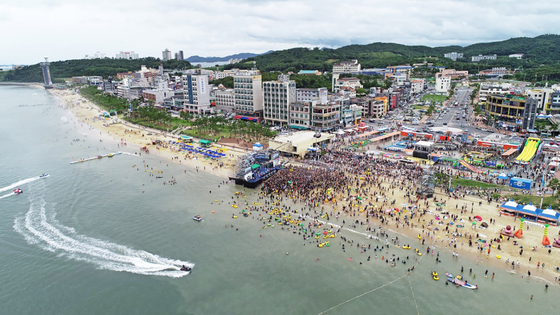 지난해 7월 충남 보령시 신흑동 대천해수욕장에서 피서객들이 더위를 식히고 있다. 연합뉴스
