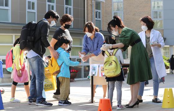 지난달 27일 세종시의 한 유치원에서 어린이들이 입실 전 발열체크를 하고 있다. 연합뉴스