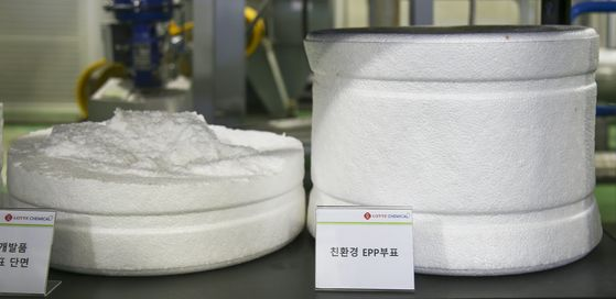 롯데케미칼 친환경 부표(사진 오른쪽)과 단면(사진 왼쪽). 사진 롯데케미칼