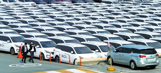 지난 4월 서울 서초구의 한 차고지에 중고차로 매각될 타다 차량들이 주차되어 있다. [연합뉴스]
