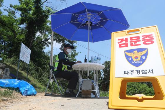 16일 경기도 파주시 접경지역에서 경찰이 대북전단 살포를 막기 위해 검문소를 운영하고 있다. 연합뉴스