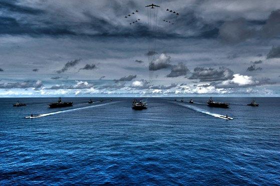 사진은 2007년 8월 태평양 일대에서 열린 밸리언트 쉴드 훈련에서 공동 훈련 중인 키티호크호, 니미츠호, 존 스테니스호. 사진 미해군 7함대 제공