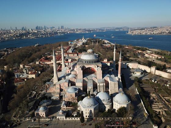 아시아와 유럽을 나누는 보스포루스 해협의 관문인 이스탄불은 1453년 5월 29일 오스만튀르크에 함락되기 전까지 비잔틴 제국의 수도 콘스탄티노플이었다. 그 중심에 상징과도 같은 아야 소피아가 세워졌다. 그리스정교회 성당이었던 아야 소피아는 모스크로 바뀌었다가, 1935년부터 박물관으로 사용되고 있다. [AFP=연합뉴스]