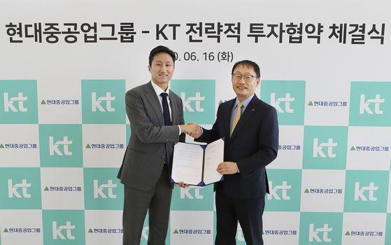 구현모 KT 대표(오른쪽)와 정기선 현대중공업지주 경영지원실장이 16일 전략적 투자 협약식을 마친 뒤 기념촬영을 하고 있다. [KT]