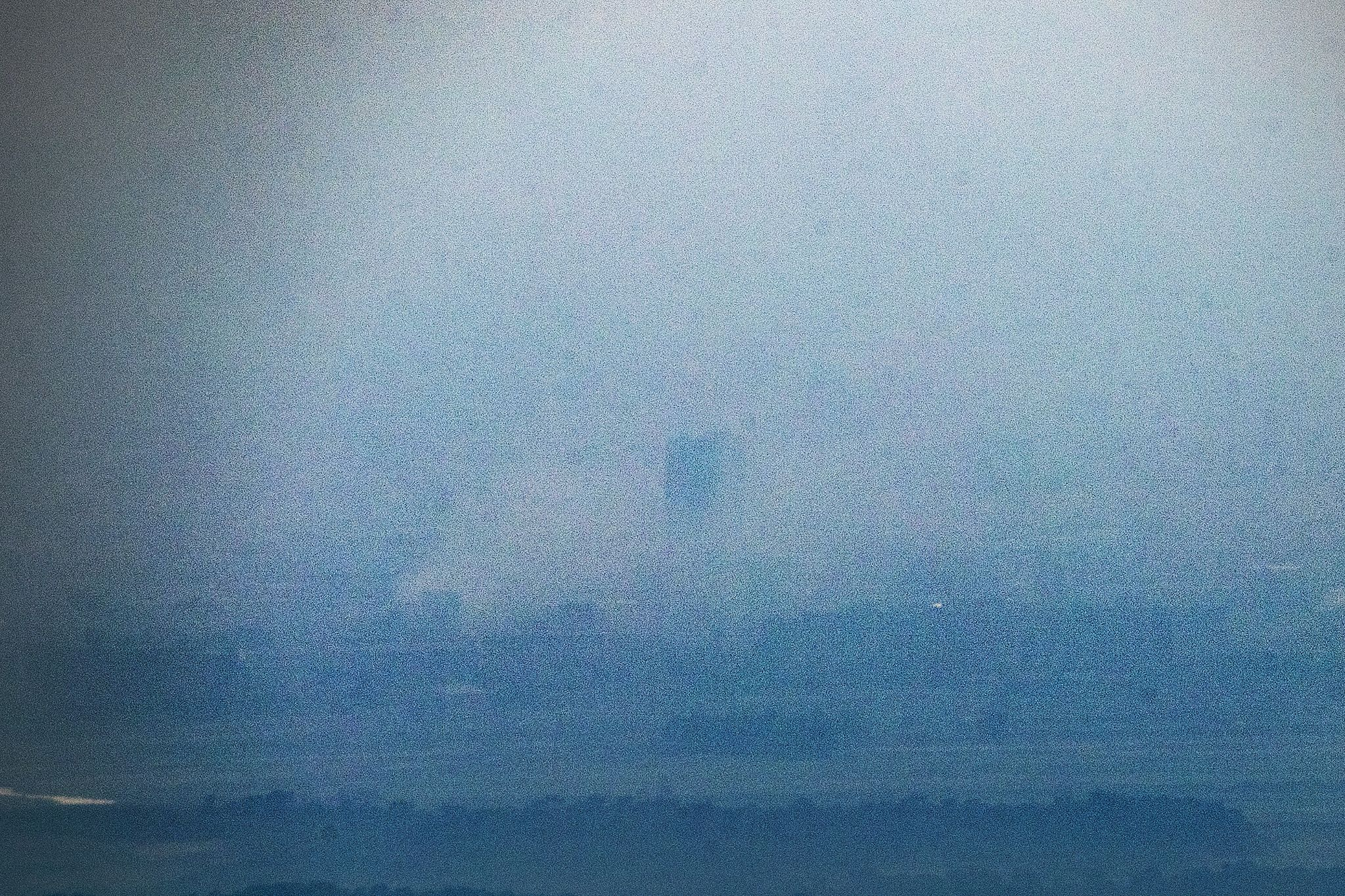 북한이 16일 오후 2시49분 개성 공동연락사무소 청사를 폭파한 것으로 알려진 가운데 경기도 파주시 접경지에서 바라본 개성공단 일대가 연기로 휩싸여있다. 연합뉴스
