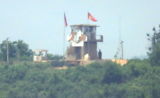 17일 경기도 파주시 접경지역 임진강변 우리 측 초소와 마주보고 있는 북한 초소에서 북한군이 초소 밖에 서 있다. [사진 연합뉴스]