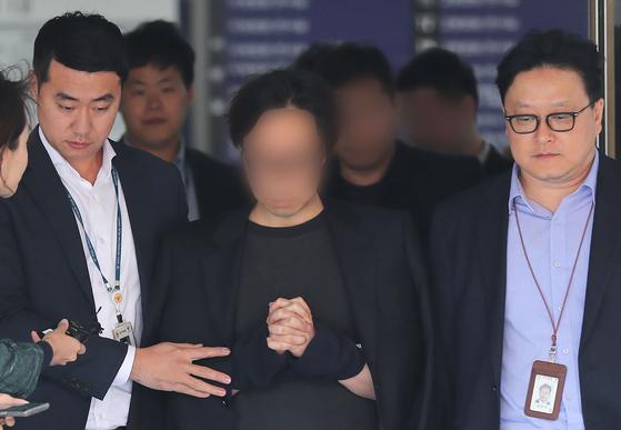 '엠넷(Mnet) '프로듀스X 101' PD 안모씨가 지난 2019년 11월5일 영장실질심사를 받은 뒤 서울중앙지법을 나서고 있다. 연합뉴스