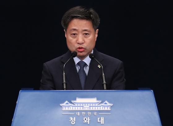 윤도한 청와대 국민소통수석이 17일 오전 춘추관에서 북한 관련 브리핑을 하고 있다. [연합뉴스]