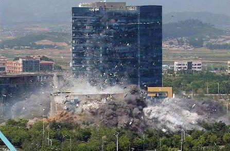북한이 개성공단 내 남북공동연락사무소 건물을 폭파하면서 대북사업으로 속앓이를 해 온 현대아산의 근심은 더 깊어지게 됐다. 17일 북한 노동신문이 공개한 남북공동연락사무소 폭파 장면. 뉴스1