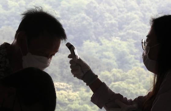 17일 오전 경기도 용인시민체육공원에서 열린 용인시 일자리 박람회를 찾은 구직자들이 신종 코로나바이러스 감염증(코로나19) 예방을 위해 체온 측정을 받으며 입장하고 있다. 뉴스1