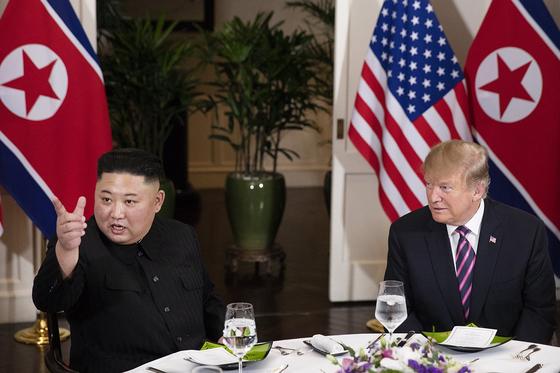 도널드 트럼프 미국 대통령과 김정은 북한 국무위원장이 지난해 2월 27일 오후(현지시간) 2차 북미정상회담장인 하노이 회담장 메트로폴 호텔에서 만나 만찬을 하고 있다. [백악관 트위터 캡처]