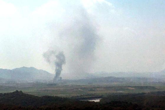 북한이 16일 오후 개성 공동연락사무소 청사를 폭파한 뒤 개성공단에서 검은 연기가 피어 오르고 있다. 연합뉴스