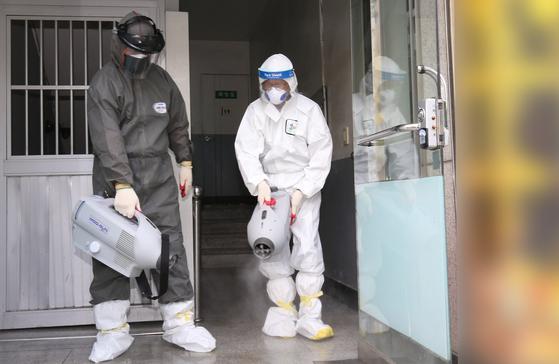 신종 코로나바이러스 감염증(코로나19) 확진자가 대전 서구 괴정동 소재 다단계판매업체 제품 설명회장을 방문한 것으로 확인된 가운데 16일 오전 서구 보건소 방역관계자들이 해당 건물을 방역하고 있다. 뉴스1