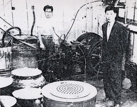 1956년 부산 대신동 동아화성공업주식회사(현 대상그룹 전신) 창업주 임대홍 회장(오른쪽). 사진 (주)대상