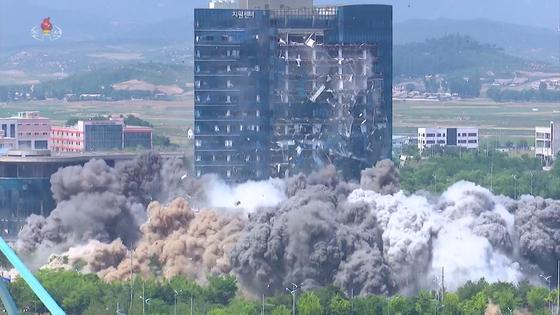 조선중앙TV는 17일 개성 남북공동연락사무소 폭파 영상을 공개했다. 영상에는 폭발음과 함께 연락사무소가 회색 먼지 속에 자취를 감추고 바로 옆 개성공단 종합지원센터 전면 유리창이 산산조각이 난 모습이 담겼다. 연합뉴스