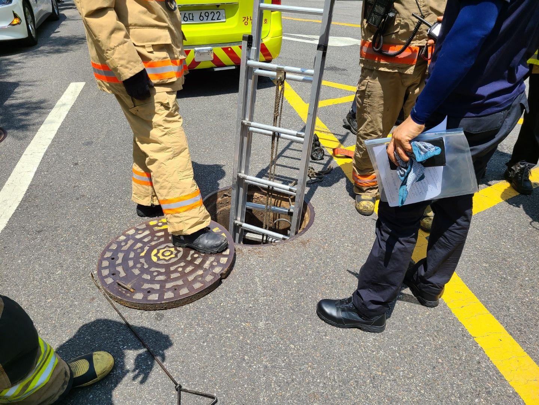 17일 서울 강남구 도곡동에서 배수작업 중인 인부 2명이 맨홀에 빠져 실종됐다. 사진은 119 구급대가 현장에 도착해 구급 활동을 하는 모습. 연합뉴스