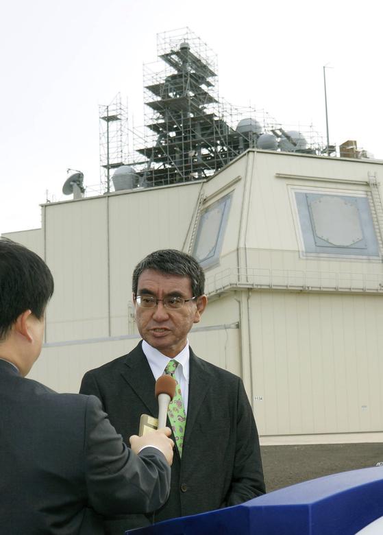 지난 1월 13일 고노 다로 일본 방위상이 미국 하와이 태평양 미사일 발사장에 위치한 '이지스 어쇼어' 시설을 방문해 기자회견을 하고 있다. 고노 방위상은 지난 15일 이지스 어쇼어 도입을 중단한다고 발표했다. [AP=연합뉴스]