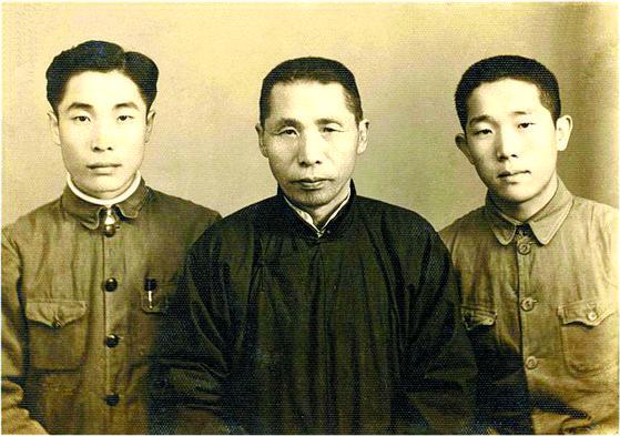 김신 전 공군참모총장. 김신 장군은 6.25 전쟁 당시 맹활약해 '김구의 아들' 이전에 전설적인 전투기 조종사로 꼽힌다. 1939년 중국 충칭에서 김구 선생(가운데), 형 김인씨(왼쪽)와 함께 한 모습. [사진 공군]