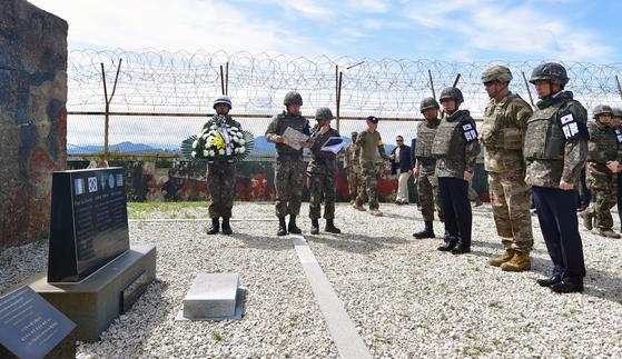 정경두 국방부 장관이 지난해 6월 강원도 철원군 민통선 내 우리쪽 지역인 화살머리고지에 있는 비상주 감시초소(GP)에서 화살머리 전투 당시 목숨을 잃은 유엔군 프랑스 병사들을 추모하는 추모비에 헌화하고 있다. 사진공동취재단