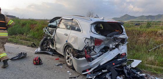 지난달 19일 오후 6시 10분께 전남 해남군 마산면 왕복 2차로에서 중앙선을 침범해 이혼 소송 중인 아내의 차량과 정면 충돌한 남편의 차가 완전히 찌그러져 있다. 뉴스1