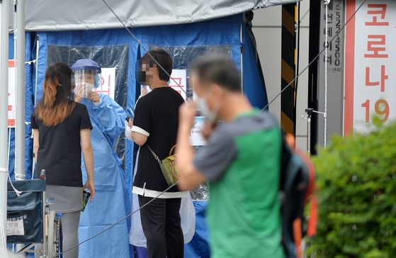 신종 코로나 바이러스 감염증(코로나19) 확진자가 대전에서 하루동안 4명 발생한 16일 오후 국가지정 입원치료병상을 운영하고 있는 충남대병원 선별진료소에서 의료진들이 분주히 이동하고 있다. 확진자들은 현재 이 병원에 이송돼 치료 중이다. 프리랜서=김성태
