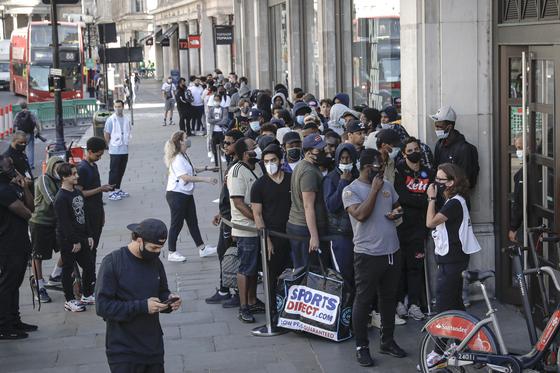 3개월 참았어, 런던 시민들 '보상 소비'