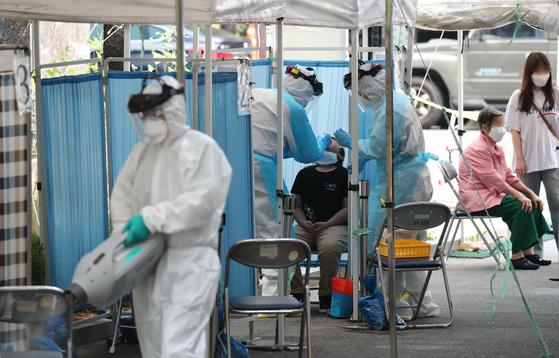 대전에서 신종 코로나바이러스 감염증(코로나19) 신규 확진자가 추가로 발생한 가운데 17일 대전 서구보건소 선별진료소에서 시민들이 검사를 받고 있다. 뉴스1