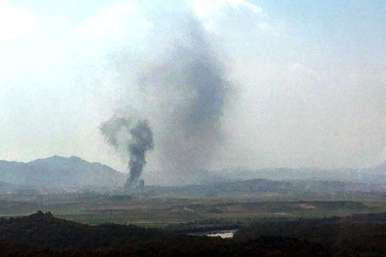 북한이 16일 오후 2시49분 개성 공동연락사무소 청사를 폭파했다. 개성공단에서 검은 연기가 피어 오르고 있다. 연합뉴스