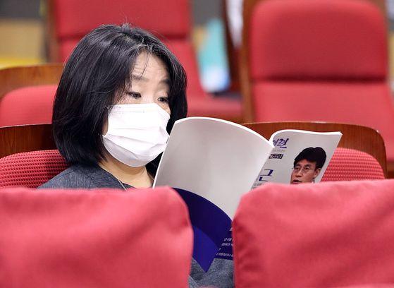 윤미향 더불어민주당 의원이 16일 국회 의원회관에서 열린 한 간담회에 참석했다. [연합뉴스]