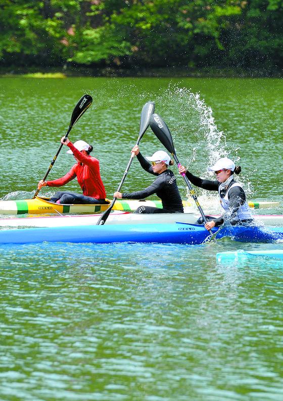 물살 가르는 카누 선수들