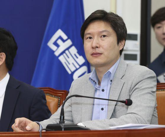 김해영 최고위원이 12일 오전 국회에서 열린 최고위원회의에 참석하고 있다. 임현동 기자
