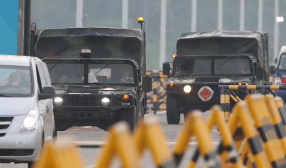북한이 개성 남북공동연락사무소를 폭파한 16일 오후 경기 파주 통일대교에서 주한미군 차량이 남쪽으로 빠져나오고 있다. 연합뉴스